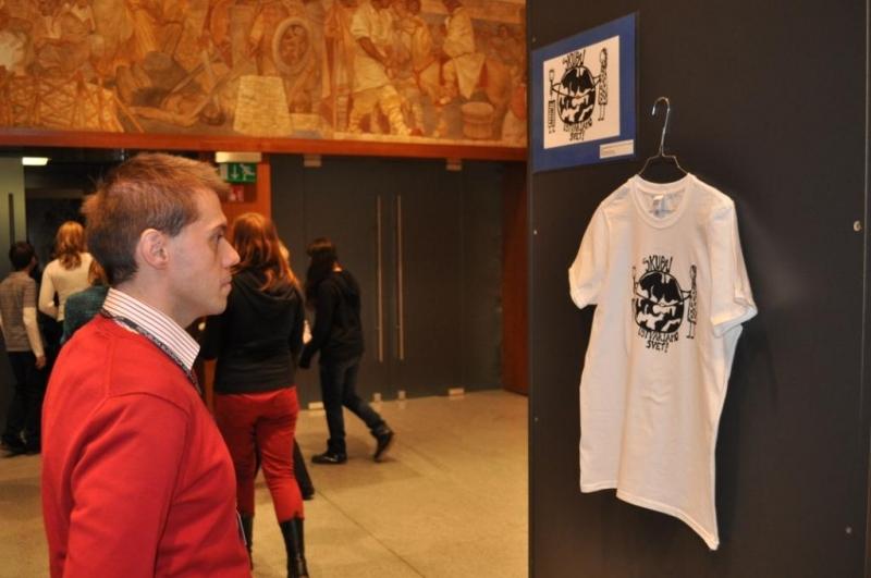 Boris Gramc, član natečajne komisije, med ogledom razstave