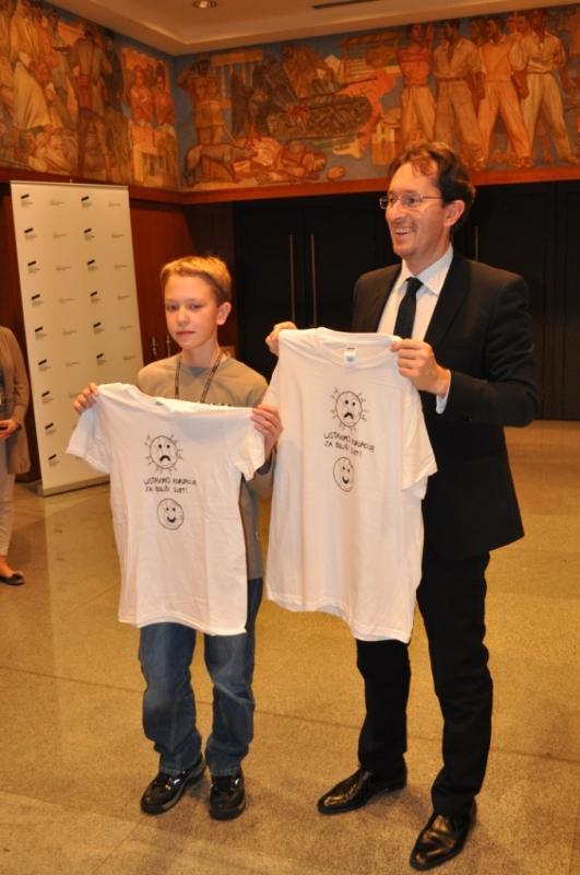 Predsednik Državnega zbora dr Gregor Virant z enim od nagrajencev