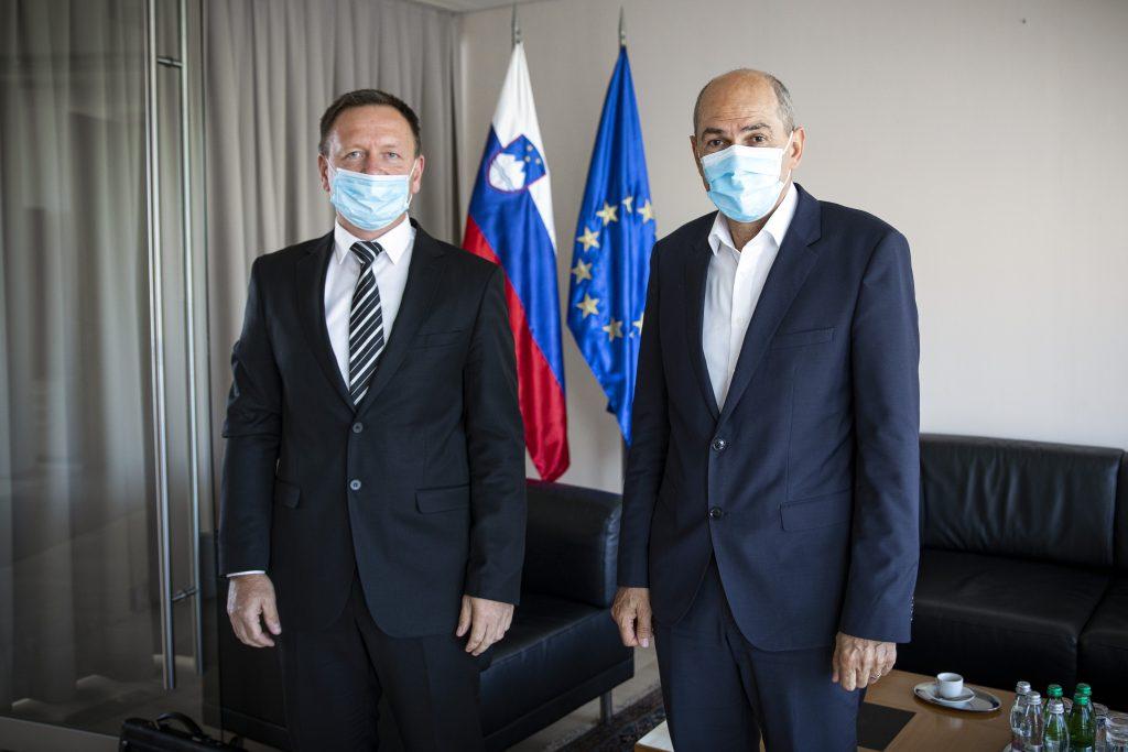 Predsednik Komisije za preprečevanje korupcije Robert Šumi in predsednik vlade Janez Janša. Foto: Kabinet predsednika vlade.